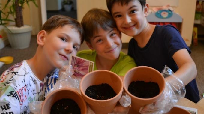 Yves Rocher invită copiii la grădinărit flori de nalbă