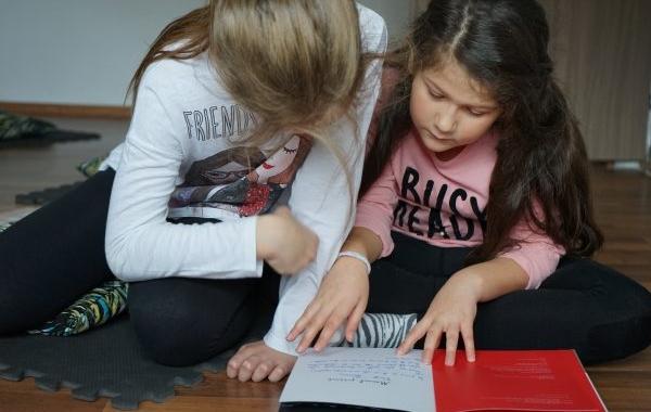Relația de atașament, prima sursă de reglare a atenției, pentru copilului mic